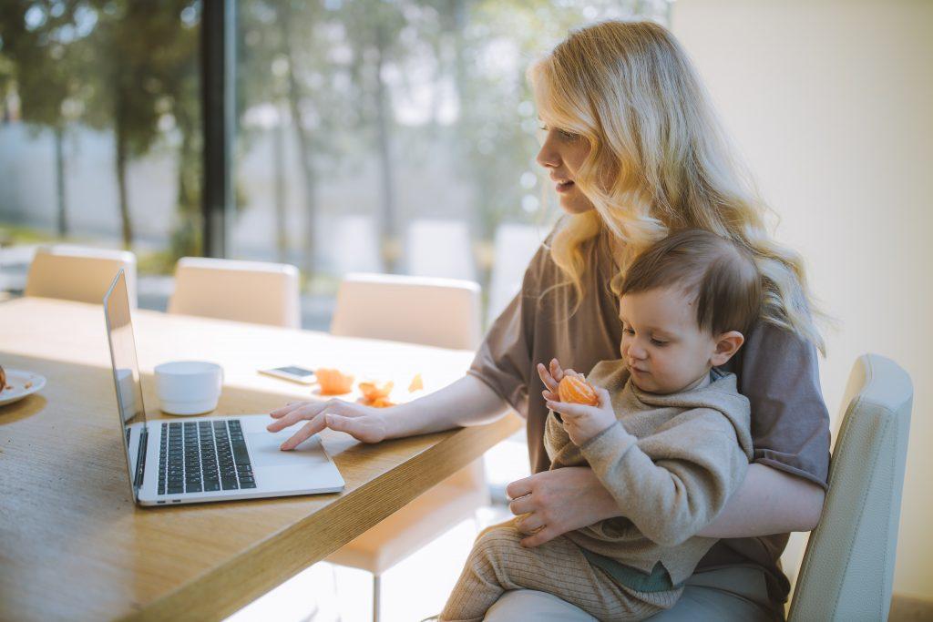 donna lavoro con figlio