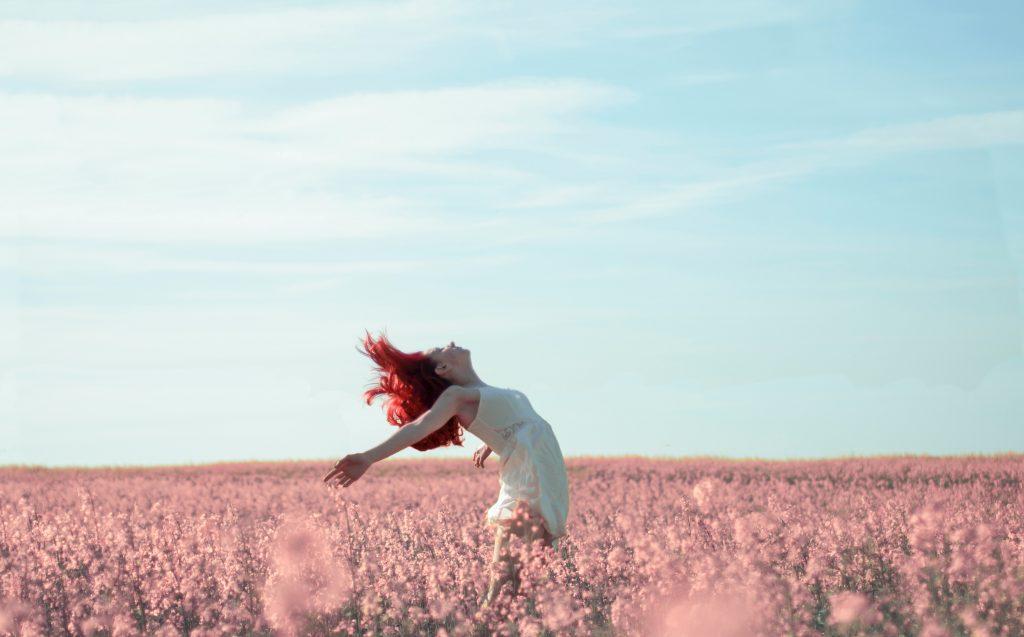 Donna, campo fiori rosa, libertà