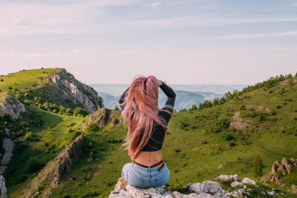 donna capelli rosa paesaggio