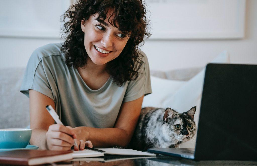 donna lavoro casa gatto