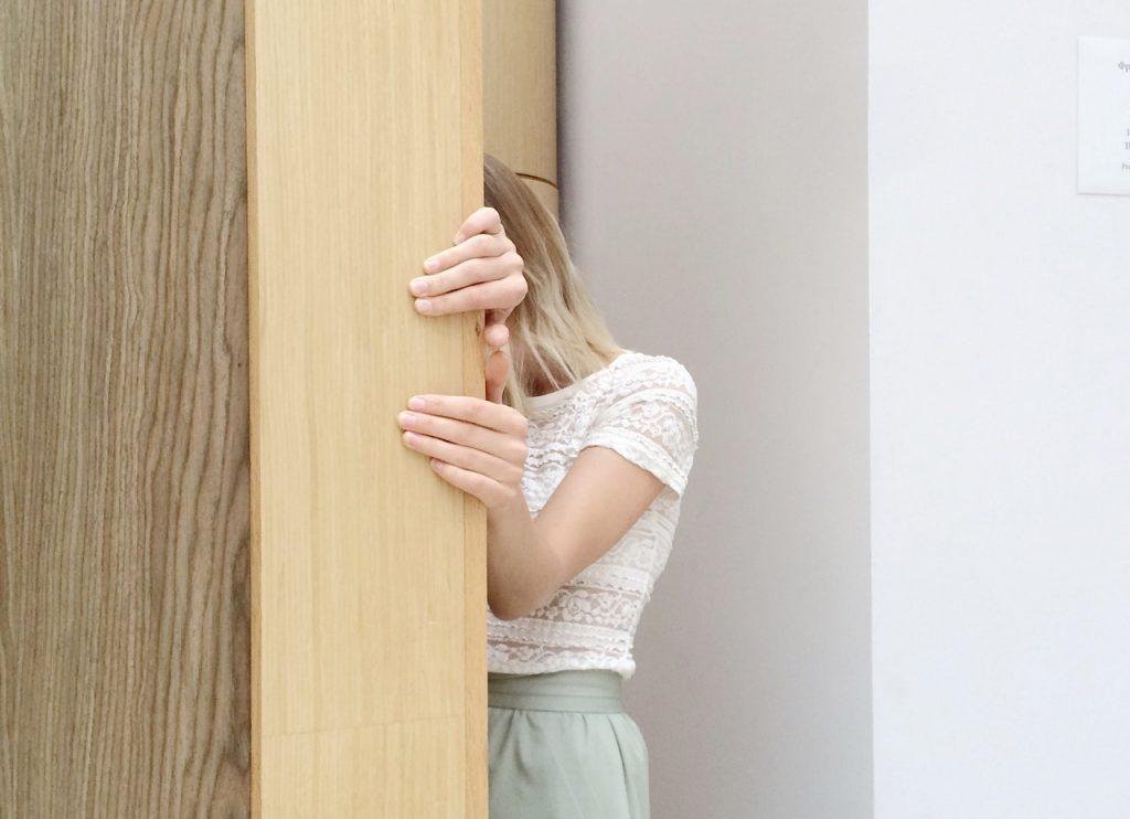 Donna-nascosta-porta