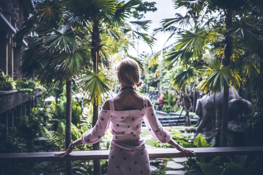 donna spalle foresta abbondanza